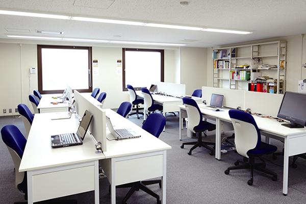 【大学院共同研究室】<br>大学院生用に机やパソコンを整備した部屋です。