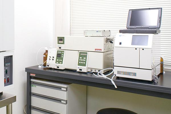 【高速液体クロマトグラフィ】<br>脳内から回収した神経伝達物質などを分析します。