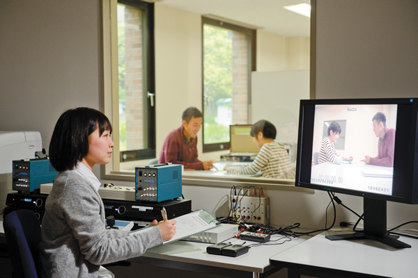 【Monitoring room】<br>In the monitoring room, the situations of other rooms are visually monitored.