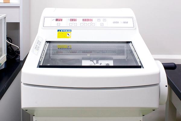 【凍結ミクロトーム】<br>脳切片の標本を作製するための装置です。