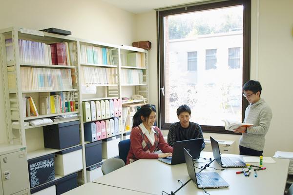 【プロジェクト演習室】<br>プロジェクトテーマに対する関連文献の収集と読解、実証的な資料収集、ディスカッション、成果物の作成、プレゼンテーション、レポート作成などを主体的に行うための拠点として利用できます。