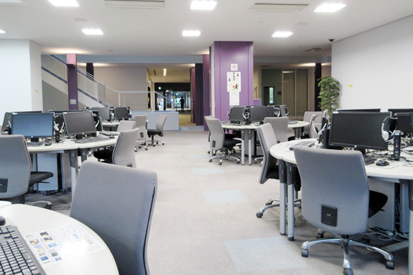 【PCコーナー/情報教室】<br>在学生が本学のパソコンおよびネットワークを利用できるよう環境を整えています。